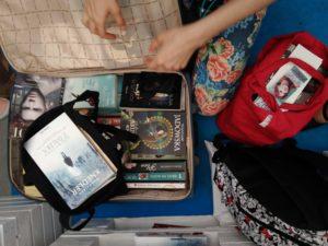 walizka z książkami