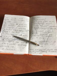 mój ulubiony notes, w którym sporządzałem notatki do kilku powieści i długopis, którym zawsze podpisuję książki dla czytelnikówwww