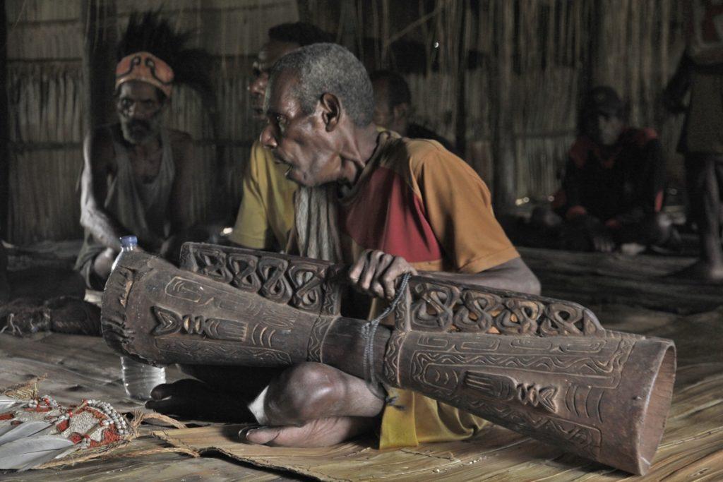 Asmat z tifa,najbardziej świętym instrumentem